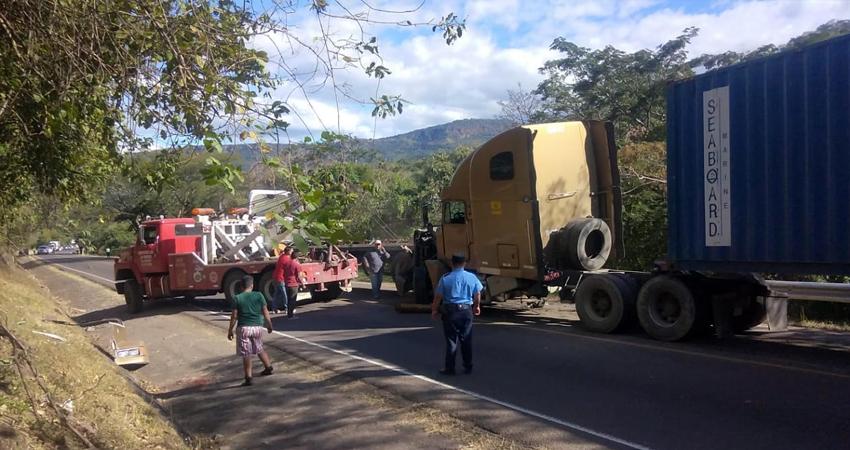 Múltiple colisión. Un furgón sin frenos provocó un aparatoso accidente en el que se vieron afectados tres vehículos más. Afortunadamente no hubo vidas que lamentar.