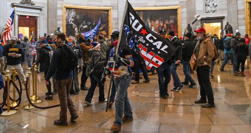 El Senado de Estados Unidos entró en un receso de su debate sobre los resultados del Colegio Electoral después de que violentos incidentes con un grupo de manifestantes alrededor y en el interior del Capitolio obligaran a la Policía a cerrar el edificio donde también se encuentra la Cámara de Representantes.