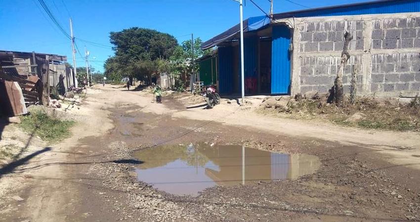Las calles se encuentran deterioradas desde el pase de la temporada lluviosa, dificultando el tránsito y afectando al comercio.