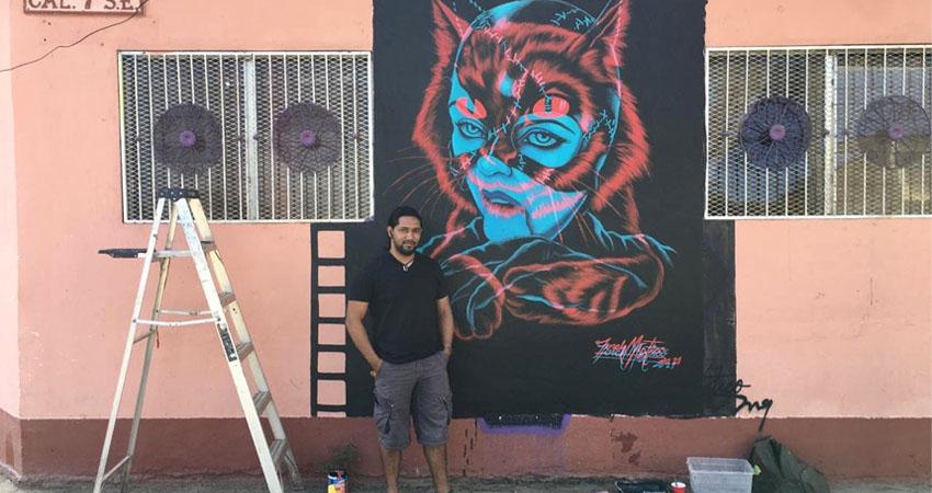 Danilo junto a su nueva obra. Foto: Alba Nubia Lira/Radio ABC Stereo