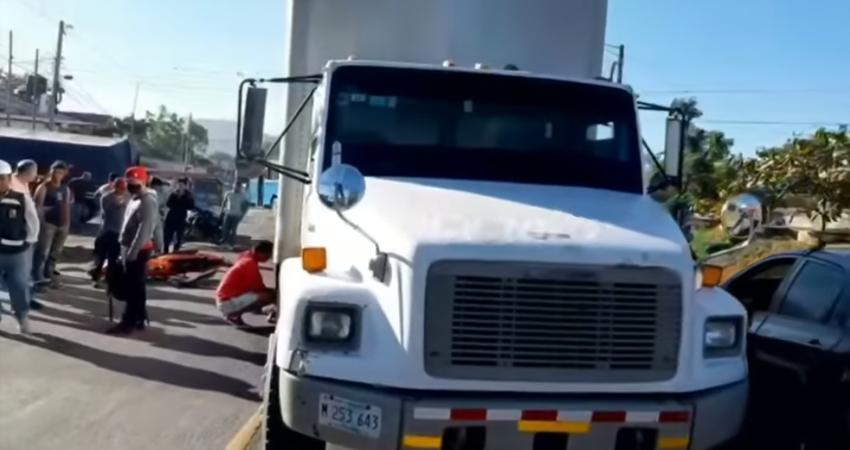 El motociclista es un adolescente que sufrió graves lesiones al impactar contra un camión y quedar debajo de éste.