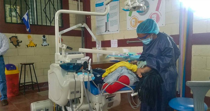 Las personas de escasos recursos reciben consultas gratuitas por parte de estudiantes de odontología de la UCATSE.