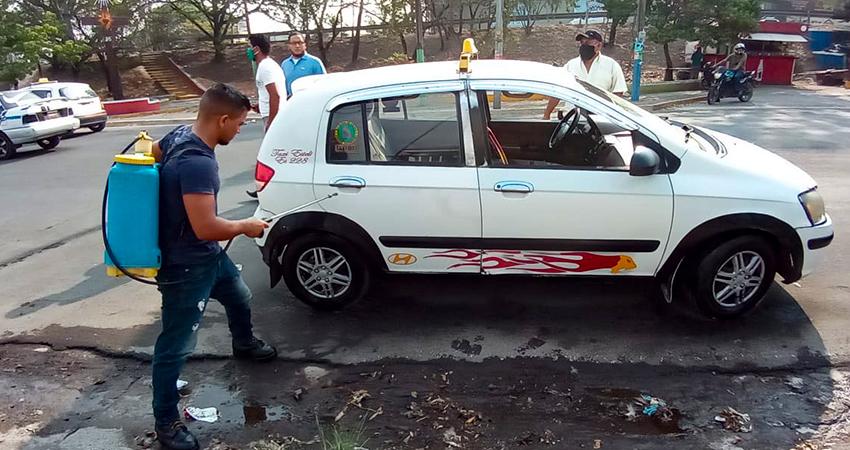 Las unidades de taxi empezaron a ser desinfectadas el sábado. Foto: Famnuel Úbeda/Radio ABC Stereo