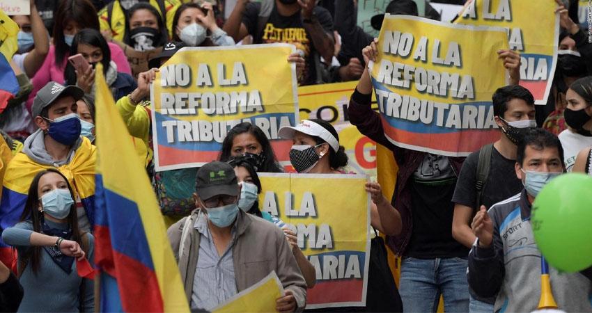 Los cinco días de protestas contra la reforma fiscal en Colombia dejaron al menos 19 heridos y más de 800 heridos, según informó este lunes la Defensoría del Pueblo.