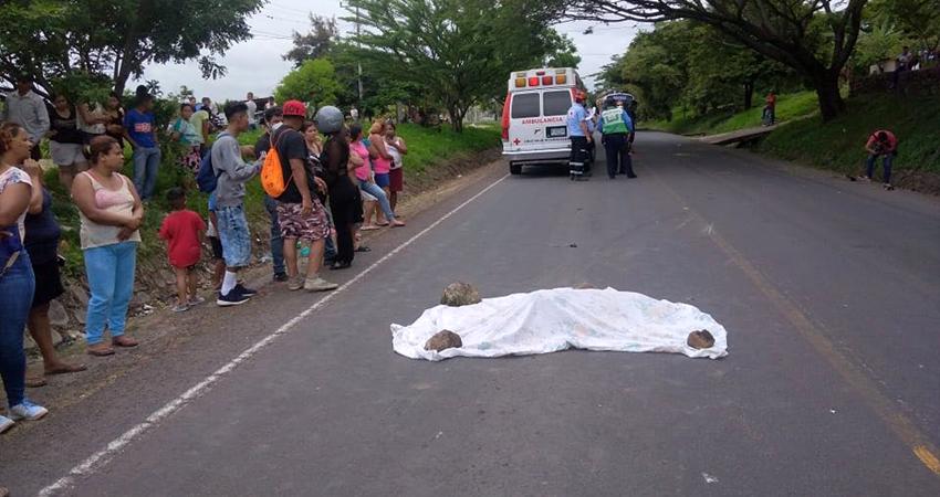 El motociclista huyó del lugar pero viajaba con un acompañante que fue detenido por agentes policiales. Foto: Juan Fco Dávila/Radio ABC Stereo