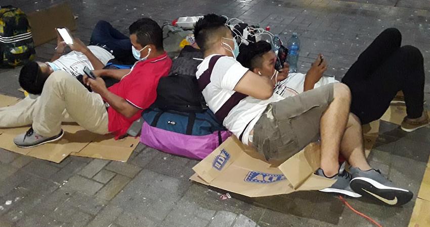 Nicaragüenses esperan viajar hoy tras varios días en la frontera entre Costa Rica y Panamá