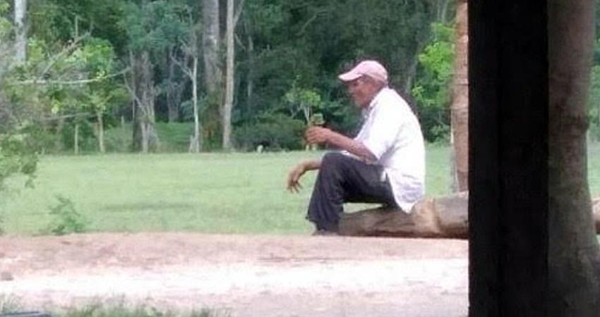 El señor de unos 90 años de edad duerme a la intemperie y asegura que sus hijas habitan en la ciudad de Estelí. Pobladores esperan que él pueda reencontrarse con sus familiares.