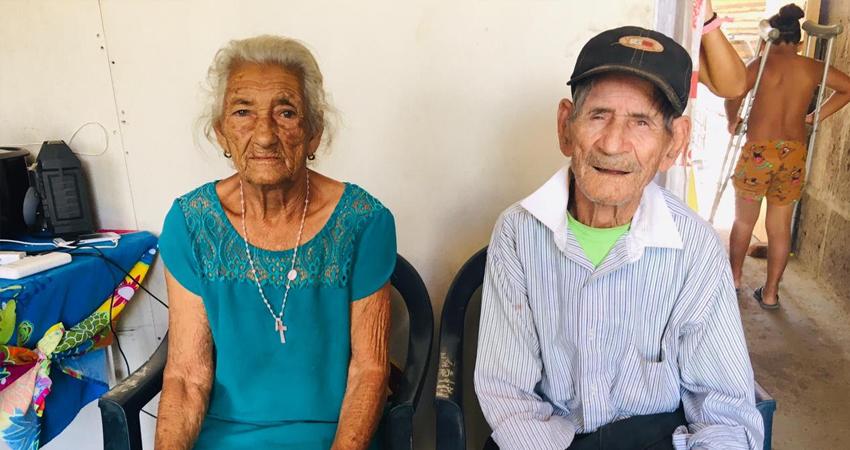 La pareja de ancianitos está feliz y agradecida por la obra. Foto: Alba Nubia Lira/Radio ABC Stereo