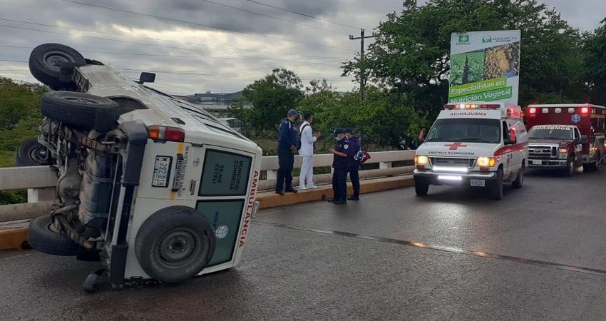 La ambulancia quedó a un lado de la vía. Foto: Juan Fco. Dávila/Radio ABC Stereo