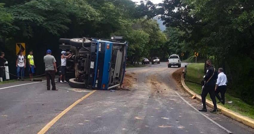 Camión se vuelca al bajar una pendiente