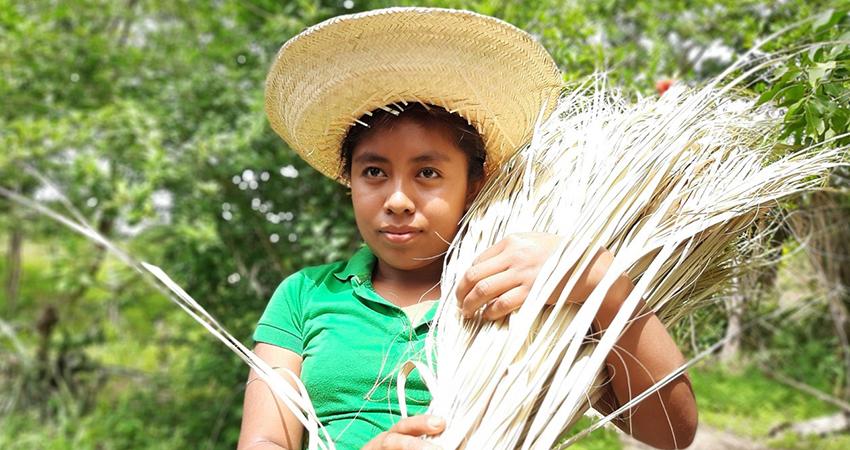 Dania López aprendió a tejer desde los 6 años de edad. Foto: Famnuel Úbeda/Radio ABC Stereo