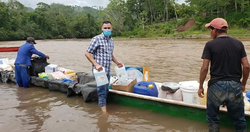 Por tierra y por agua tuvieron que viajar para hacer llegar el donativo. Foto: Cortesía