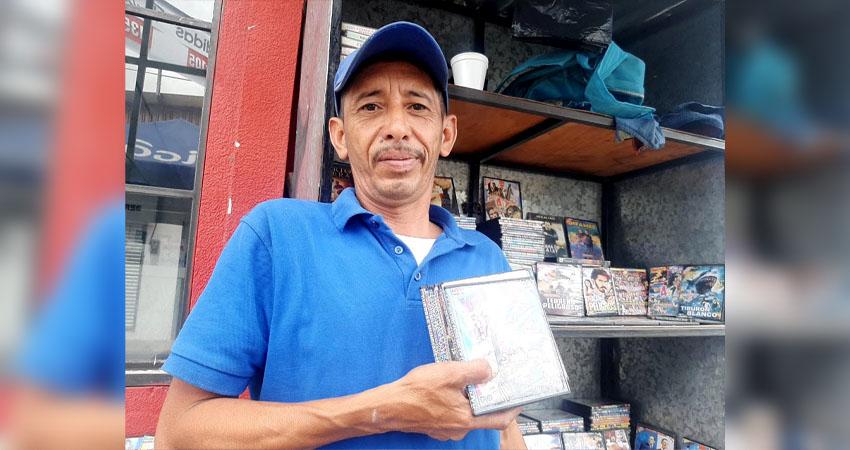 Lo que era común hace algunos años ha ido desapareciendo poco a poco. Don Francisco Alaniz es uno de los últimos vendedores de CD y DVD que aún laboran en la Avenida Central de Estelí.