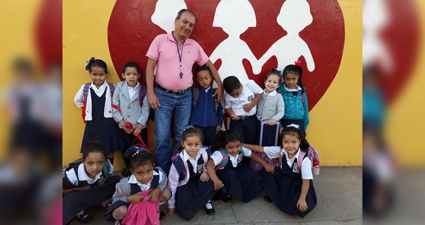 """Mejor conocido como """"Chema"""", don José Lenin López lleva años al volante del transporte escolar. Más que un conductor, se ha convertido en amigo y consejero de los niños que abordan su unidad."""
