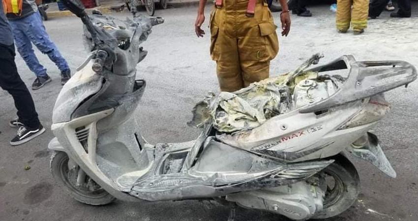 La motocicleta quedó inservible. El joven conductor tuvo que lanzarse del vehículo liviano al darse cuenta que se estaba incendiando.