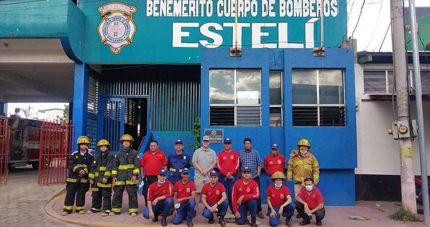 Miembros del Benemérito Cuerpo de Bomberos de Estelí junto al capitán Robert Henssy Junior. Foto: Juan Fco. Dávila/Radio ABC Stereo