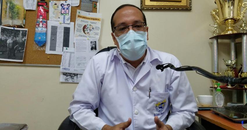 """""""El mayor riesgo es que esta gente que no ha tenido contacto con el virus llegue a presentar casos graves"""", manifestó el doctor José Ignacio Rosales. Foto: Roberto Mora/Radio ABC Stereo"""