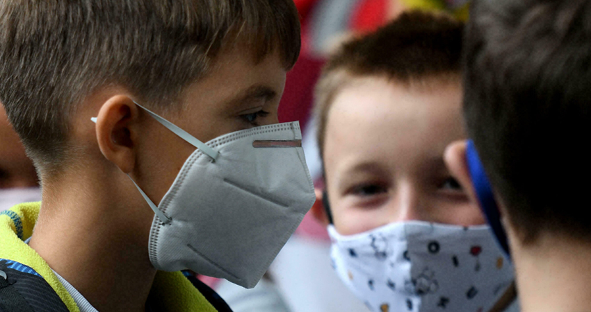 Manipular mascarillas usadas es un riesgo para la salud. Foto de referencia.