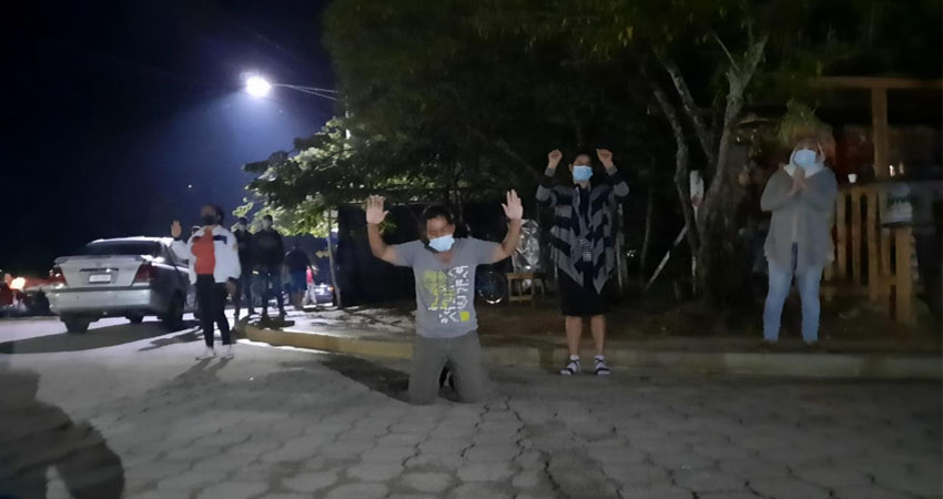 Palabras de fe y esperanza. Miembros de una congregación cristiana de Ocotal han visitado el hospital y otros sectores de la ciudad para orar por la sanidad de los enfermos.