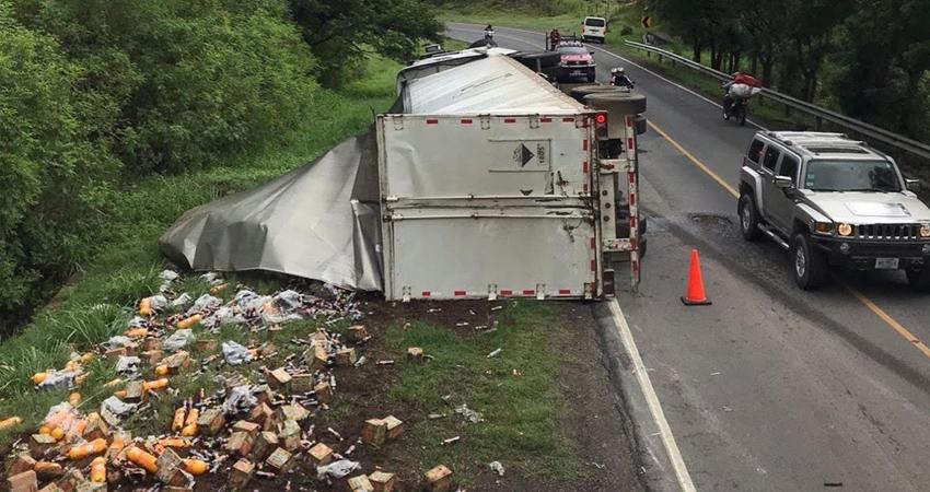El conductor del pesado vehículo resultó con lesiones leves.