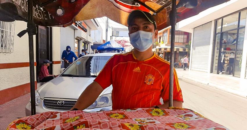 Los vendedores que salen a las calles de Estelí a ofrecer comidas como hot dogs, enchiladas y elotes han sido de los más afectados, pues muchas personas han dejado de comprarles.
