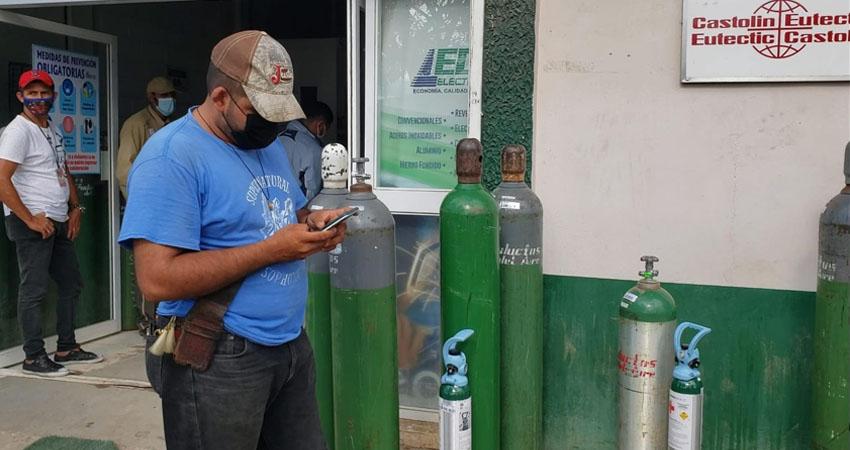Muchas familias del norte hacen todos los esfuerzos para tratar a sus familiares enfermos, siendo el oxígeno uno de las necesidades más imperiosas. De diferentes municipios llegan diariamente a Estelí para rellenar los tanques.