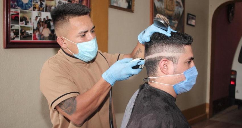 La necesidad lo obligó a dejar su tierra natal para enrumbarse a los Estados Unidos pero al llegar a México y no contar con mucho dinero, el esteliano Óscar Flores decidió buscar trabajo en la profesión que mejor sabe hacer: la barbería.