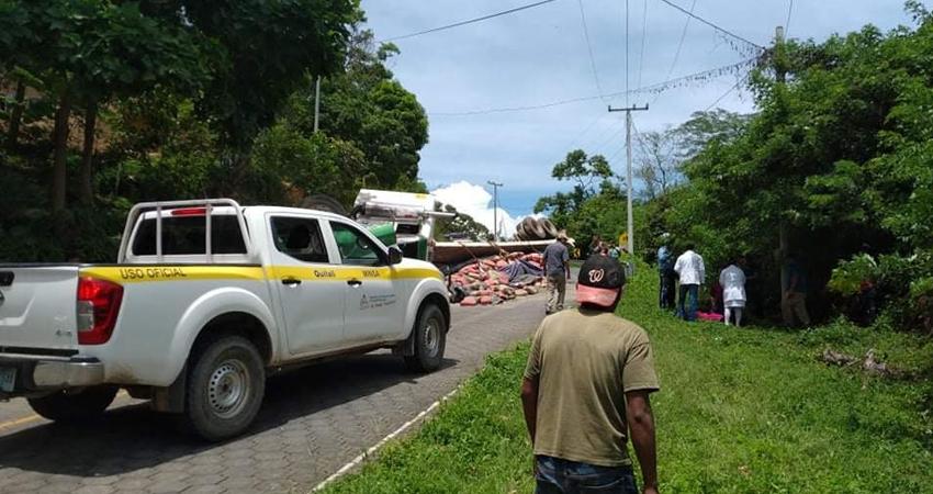 Según testigos, el conductor perdió el control del pesado vehículo, impactando en los paredones para luego volcarse.