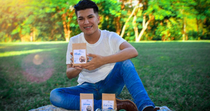 El universitario Frander Tercero trabajaba en un restaurante que cerró, así que decidió emprender con una línea de tés que ha sido bien aceptada en su natal Ocotal.
