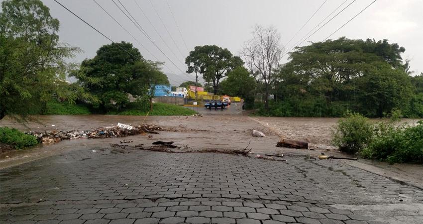 Atentos al llamado. Personal del Benemérito Cuerpo de Bomberos de Estelí ejecuta un plan de monitoreo y apoyo ante las lluvias que pueden provocar emergencias en la ciudad.
