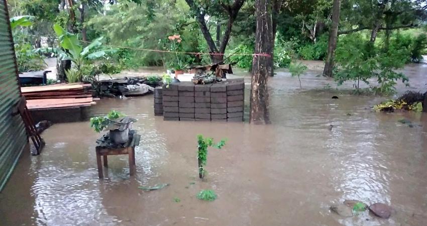 """Teníamos miedo de que el río nos llevara con toda la casa"""", expresó uno de los pobladores afectados."""