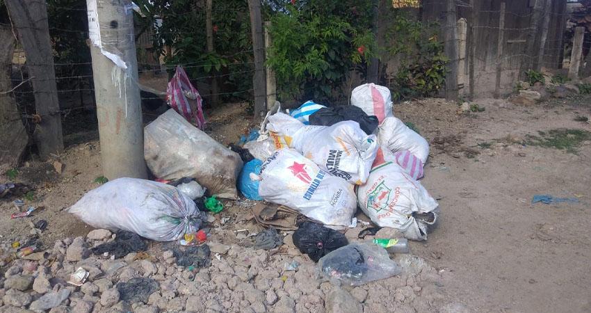 Mientras en un sector del barrio Alexis Argüello piden una solución al problema del tren de aseo, en otro sector de la ciudad piden conciencia para no tirar basura en las calles.