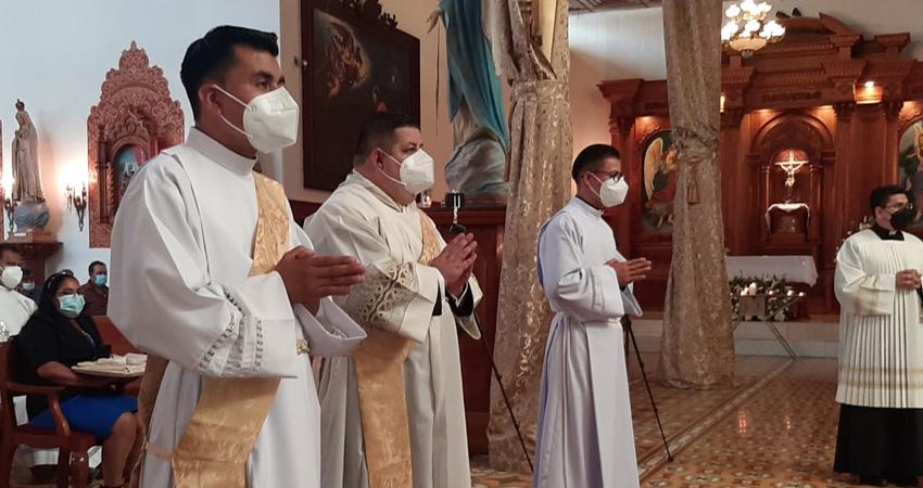Nuevos servidores de la iglesia. Durante la celebración de la Virgen del Rosario en Estelí fueron nombrados dos nuevos sacerdotes y un diácono por parte de Monseñor Rolando Álvarez.