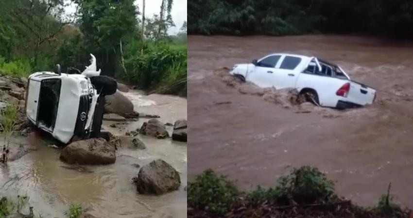 Cruzar de forma imprudente un río crecido puso en riesgo sus vidas. La camioneta de una empresa cafetalera fue arrastrada por las fuertes corrientes pero sus ocupantes lograron salir a tiempo.