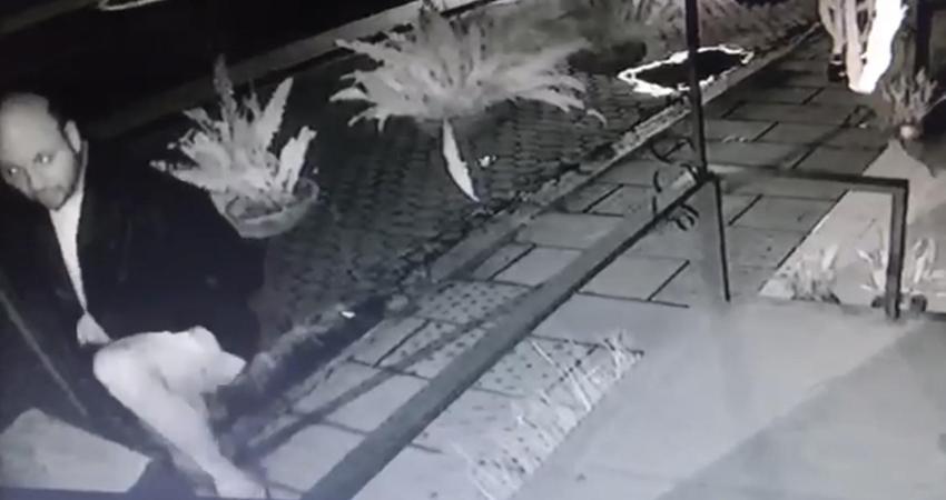 El presunto ladrón intentó ingresar a Volcanic Café sin imaginarse que sería captado por las cámaras de seguridad. El hombre recibió tres choques eléctricos pero logró huir del lugar.