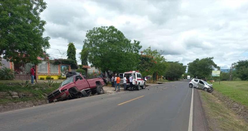 Pese al fuerte impacto, solamente se reportan daños materiales, el accidente ocurrió por el sector de La Sirena, al norte de Estelí. Además, en El Dorado, siempre al norte de la ciudad, dos vehículos colisionaron cuando uno de ellos hizo un giro indebido.
