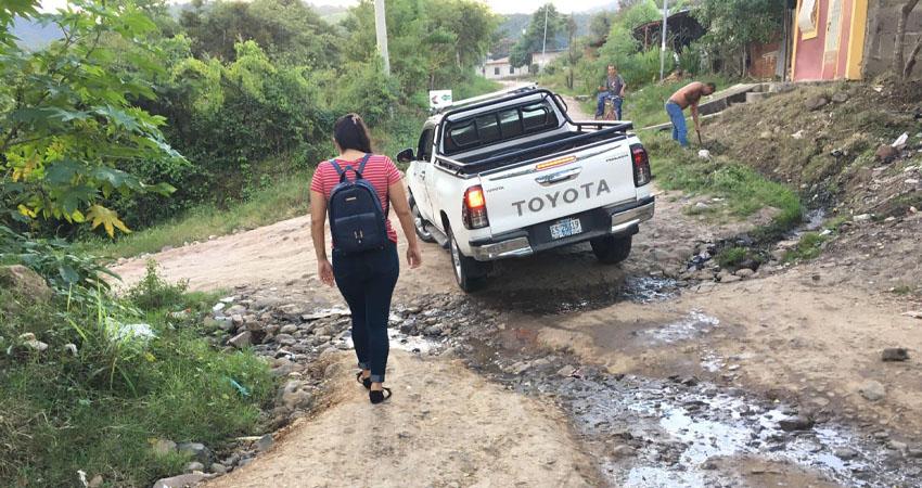 Caídas y riesgo de ser atropellados es a lo que se enfrentan diariamente varios no videntes que habitan en el barrio La Joya de Estelí, donde las calles están en muy malas condiciones. Piden solución y no ser olvidados.