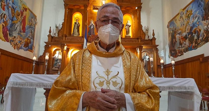 """El padre Julio López regresó a la Catedral de Estelí, el templo que lo recibió por primera vez hace más de 50 años cuando llegó por primera vez a Nicaragua. """"Gracias por tanto amor, por tanto cariño"""", expresó el sacerdote."""