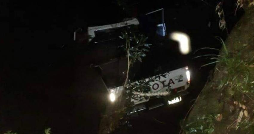 Los pasajeros que viajaban en la tina, al ver que la camioneta caería al puente, decidieron lanzarse del vehículo para salvar sus vidas.
