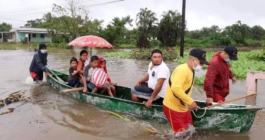 Honduras también golpeada por Eta. Se reportan inundaciones, carreteras destruidas y pobladores evacuados.