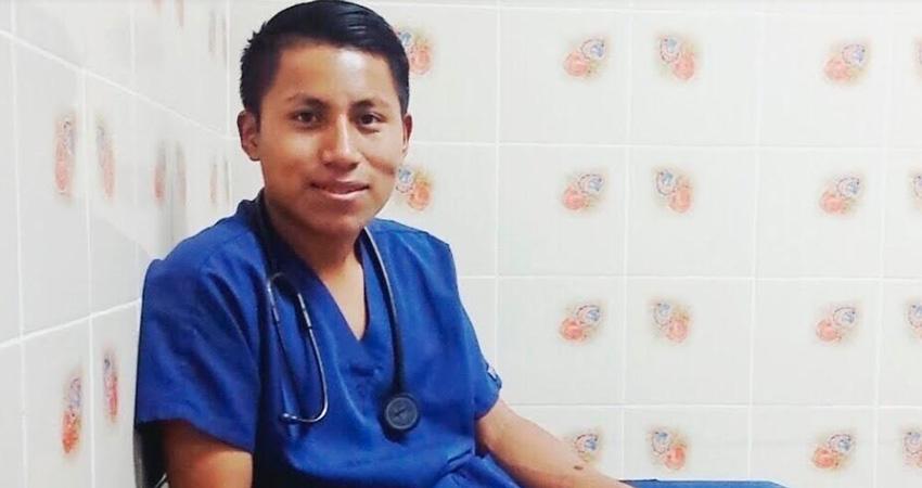 Ricky Pineda es un joven indígena que estudia medicina en Estelí, tras el paso del Huracán Eta, las comunidades de Bosawas, de donde él es originario, sufrieron graves afectaciones y por eso impulsa una campaña benéfica.