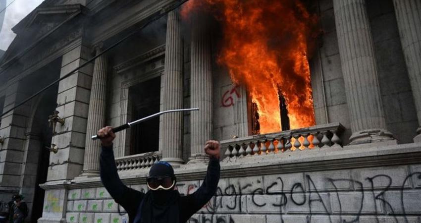 Los manifestantes lograron ingresar brevemente en la sede del Congreso, donde causaron destrozos. Foto: Getty Images/BBC Mundo